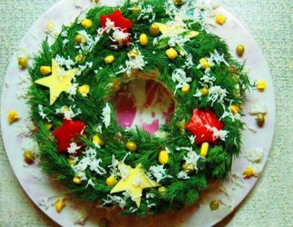 Салат-венок с новогодним оформлением