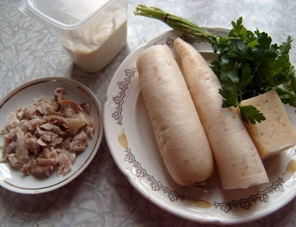 Продукты для приготовления салата из дайкона, курицы и сыра
