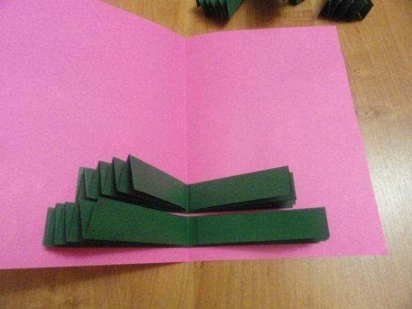Формирование бумажной ёлочки в картонной основе для открытки