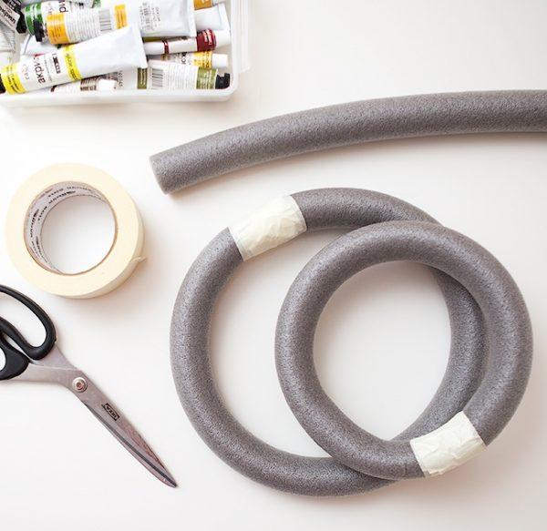 Ножницы, скотч и пенопластовые заготовки для праздничных венков