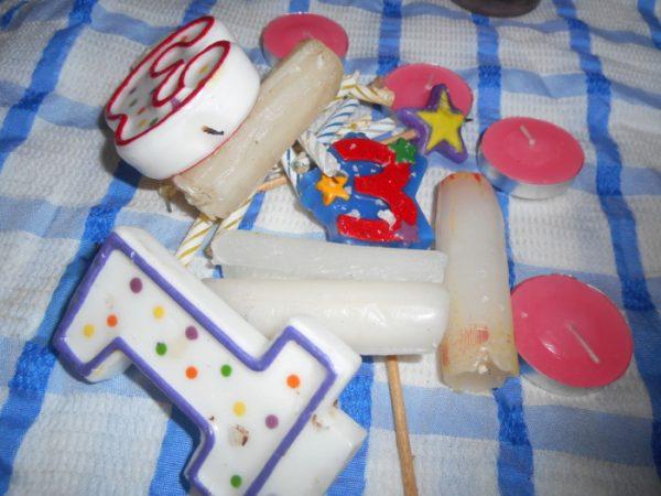 Огарки свечей на столе