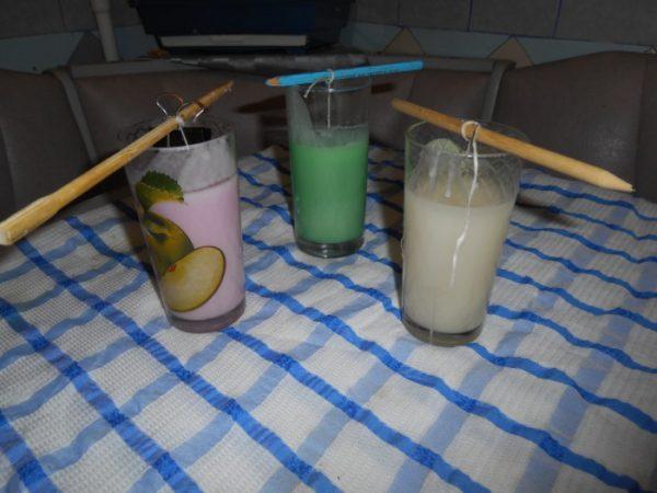 Самодельные разноцветные свечи в стаканах