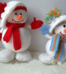 Вязаные спицами снеговики