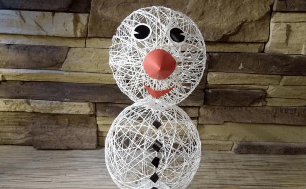 Снеговик из воздушных шариков и пряжи
