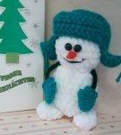 вязаный снеговик в шапке