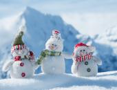 снеговики в снегу