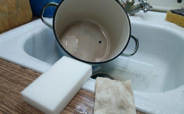 Меламиновые губки: новая и после чистки кастрюли