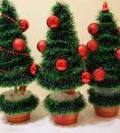 Ёлочка из зелёной мишуры и красных ёлочных шариков