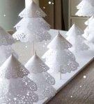 Ёлочки для декора дома из кружевных бумажных салфеток и деревянных шпажек