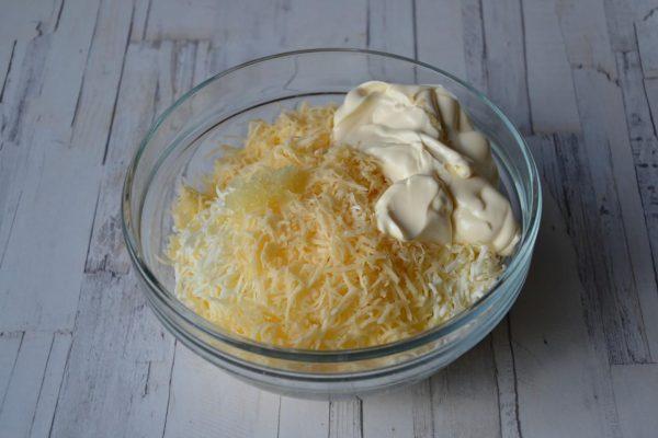 Смесь из сыра, яиц и чеснока