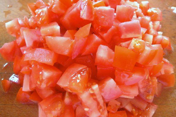 Кубики помидора