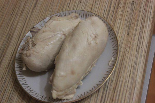 Отварная куриная грудка на блюдце