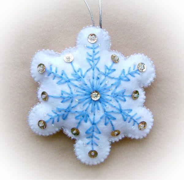 Снежинка из фетра с набивкой