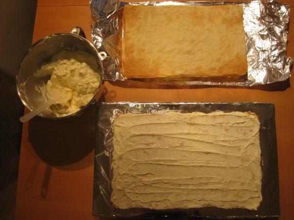 Смазывание кремом коржей для торта «Наполеон»