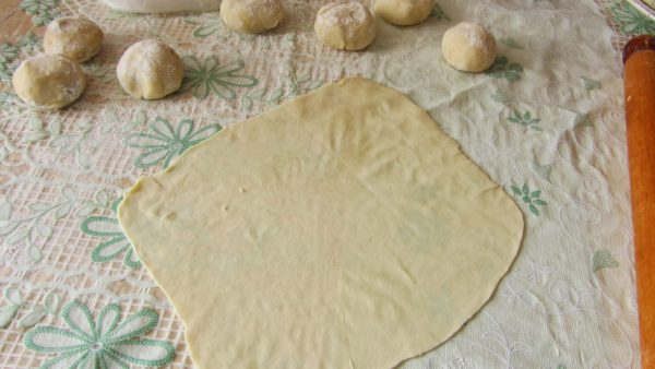 Раскатывание коржей для торта «Наполеон»
