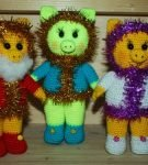 Вязаные разноцветные поросята, декорированные мишурой