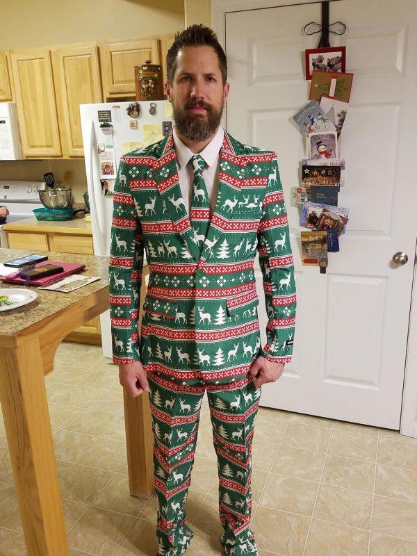 мужчина в костюме с рождественским принтом