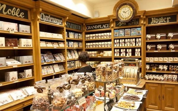шоколадные фигурки витрина