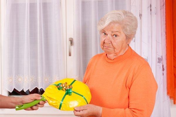 бабушке подарили сковородку