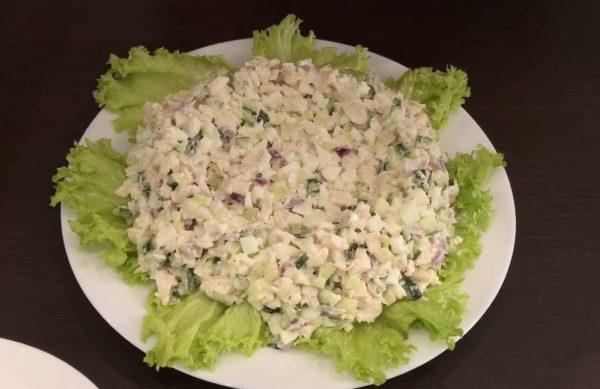 Наполовину готовый салат на блюде