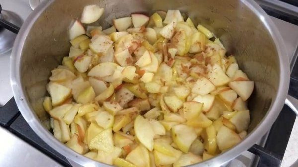 Яблоки с лимонным соком, сахаром и корицей
