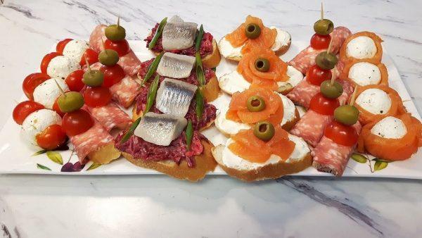 Ассорти праздничных бутербродов