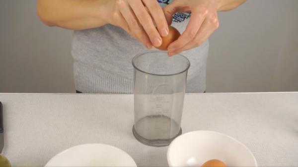 Добавление в чашу блендера сырого яйца