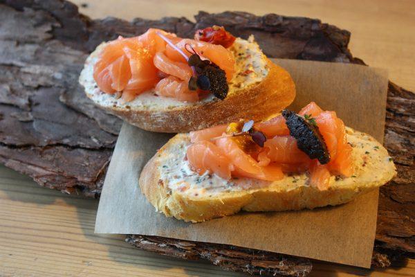 Бутерброды с лососем и сливочным сыром