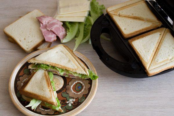 Приготовление бутербродов в сэндвичнице