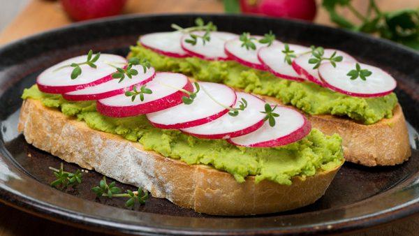 Бутерброды с пюре из авокадо и редисом