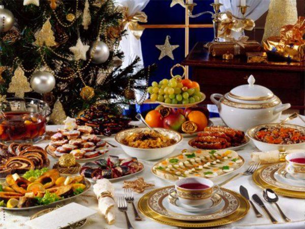 Богато сервированный новогодний стол