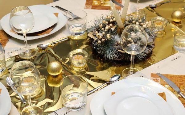 Новогодний стол в жёлтой гамме