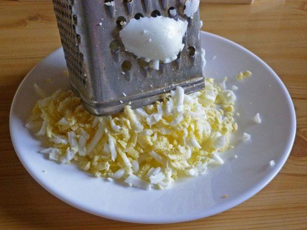 Натёртые на тёрке яйца