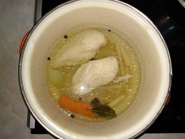 Куриное филе в кастрюле