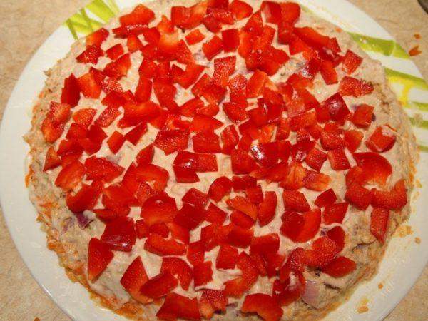 Нарезанный мелкими кусочками красный болгарский перец в салате
