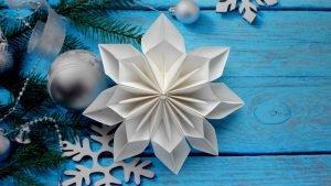 объемная снежинка на елке