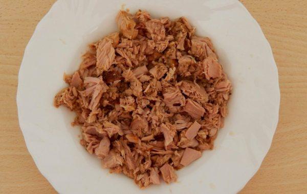 Кусочки консервированной рыбы в тарелке