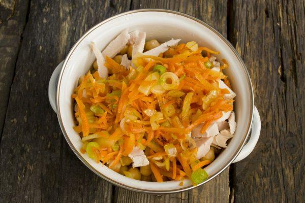 Обжаренная морковь с репчатым луком в кастрюле с нутом и куриной грудкой