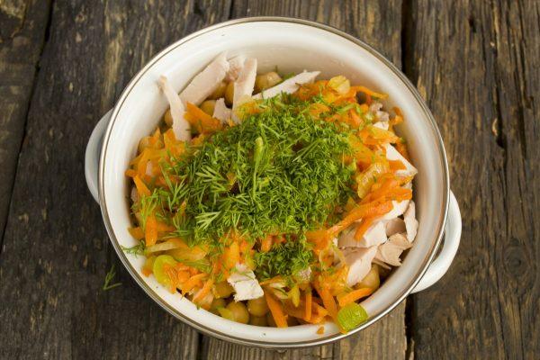 Рубленый свежий укроп в кастрюле с ингредиентами салата из нута и курицы