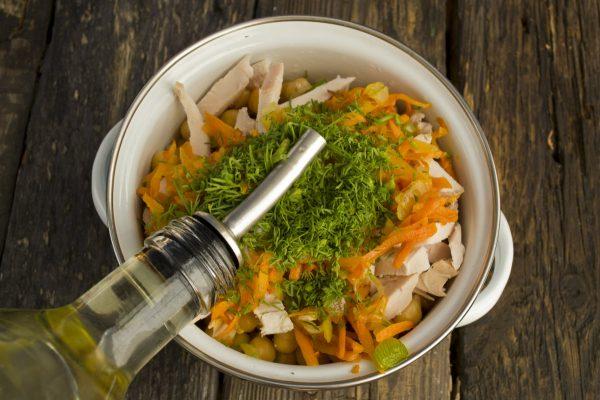 Заправка салата из нута и курицы оливковым маслом