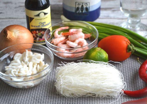 Продукты для тайского салата с морепродуктами на столе