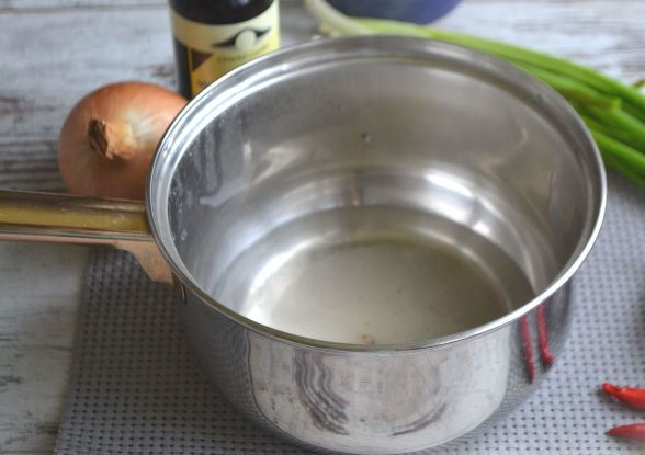 Сахарный сироп в маленькой металлической ёмкости