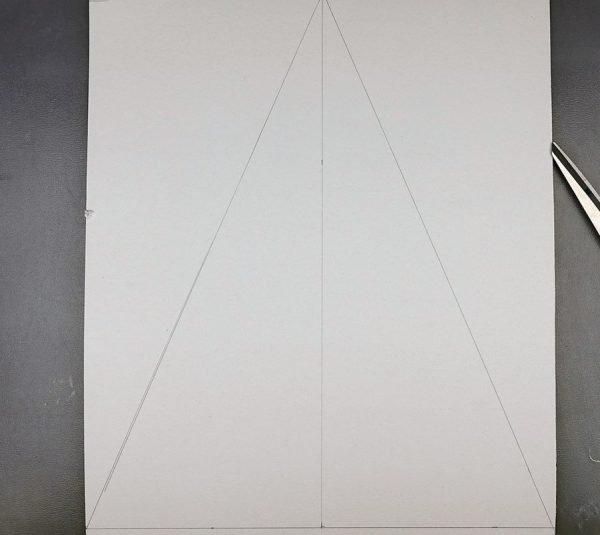 Лист картона с начерченным карандашом треугольником