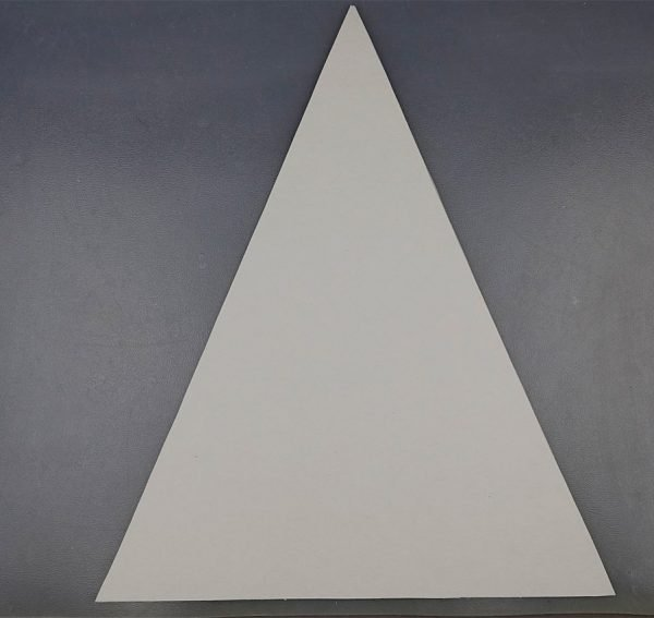 Равнобедренный треугольник из белого картона