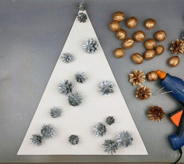 Серебристые шишки на картонном треугольнике