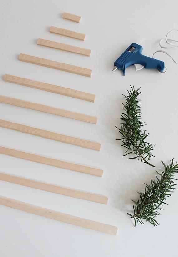 Деревянные заготовки для ёлочки, веточки розмарина и клеевой пистолет