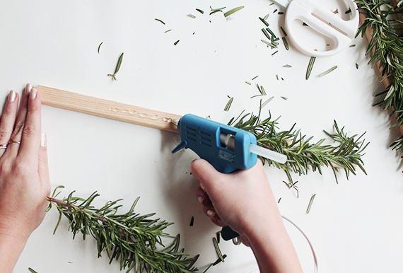 Формирование заготовок для ёлочки из деревянных планок и розмарина