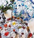 шары из проволоки и бусин