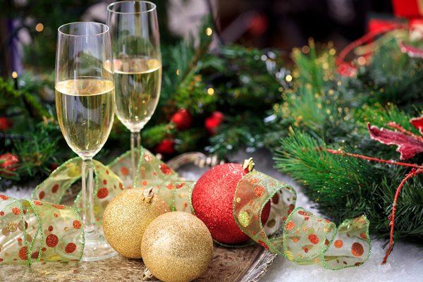 Два бокала стоят на новогоднем столе