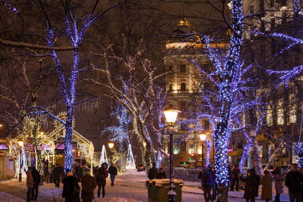 Люди на улице в новогоднюю ночь